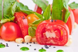 SALAD tomato & bush basil with black salt